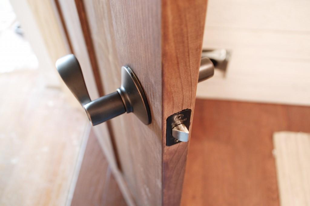door knob install photo - 8