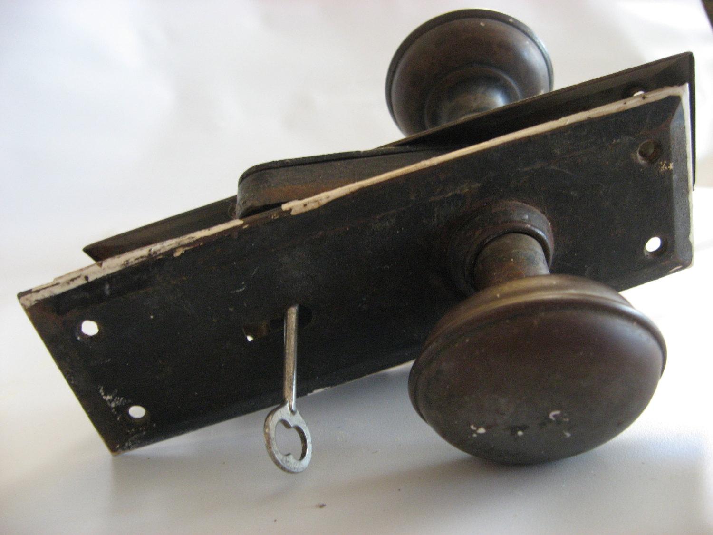 door knob with lock and key photo - 1