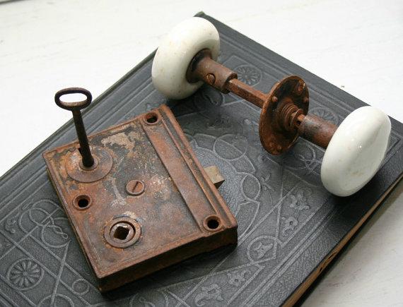door knob with lock and key photo - 3