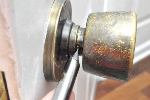 install a door knob photo - 16