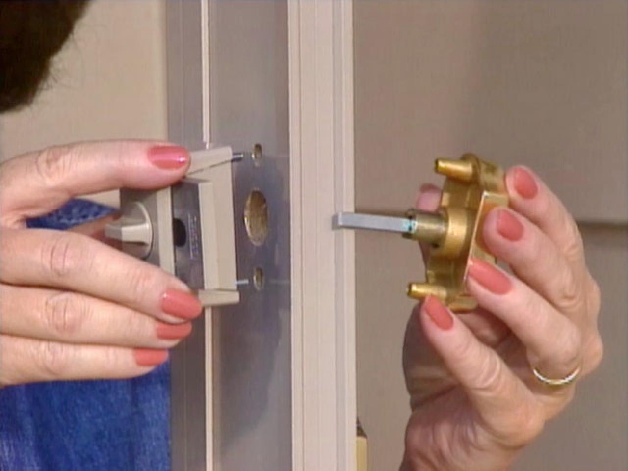 install a door knob photo - 17