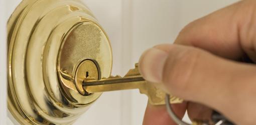 key stuck in door knob photo - 10