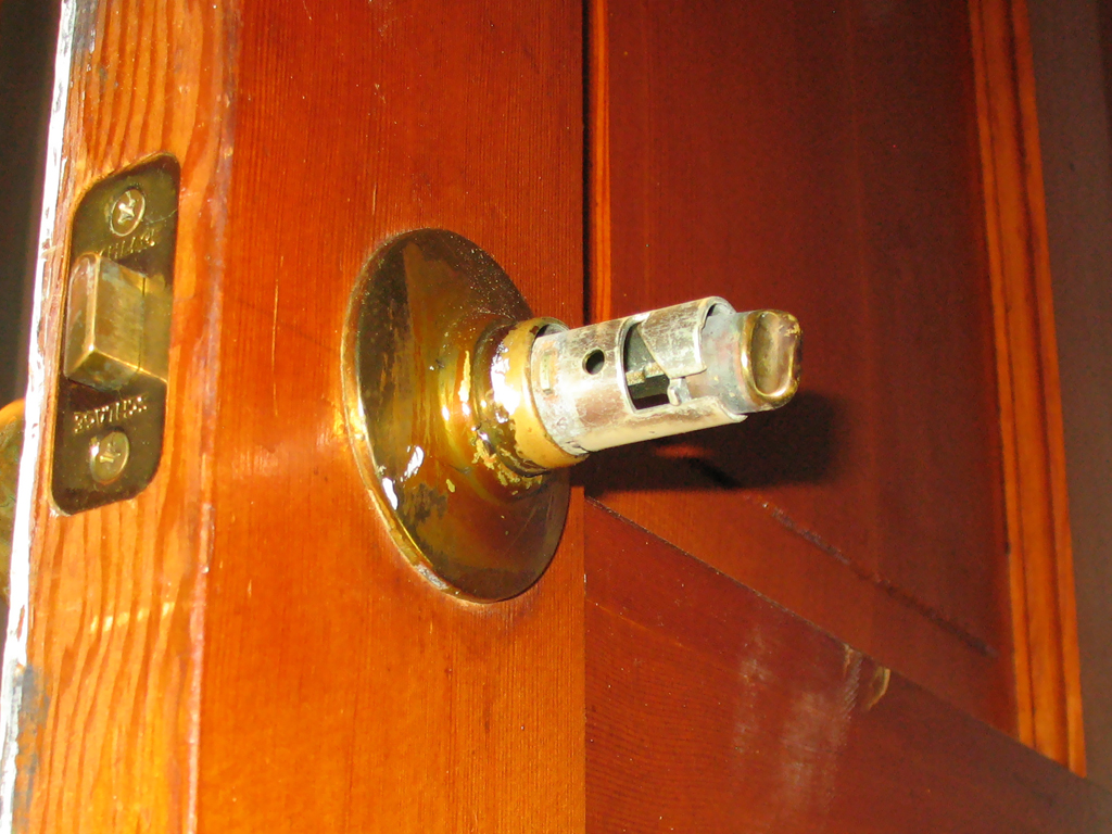 remove a door knob photo - 7