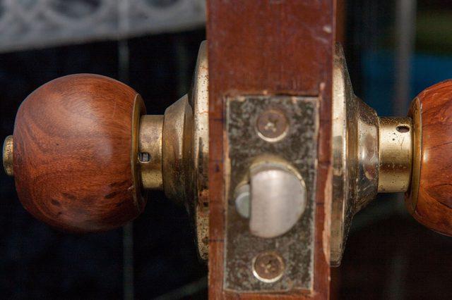 remove door knob without screws photo - 14