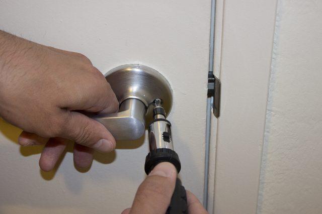 remove door knob without screws photo - 17