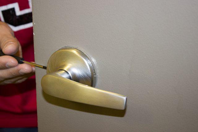 remove door knob without screws photo - 2