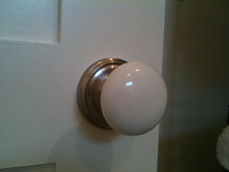 white door knobs photo - 13