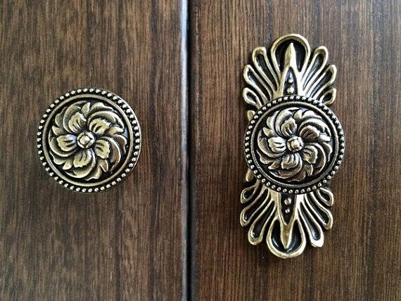 antique looking door knobs photo - 8