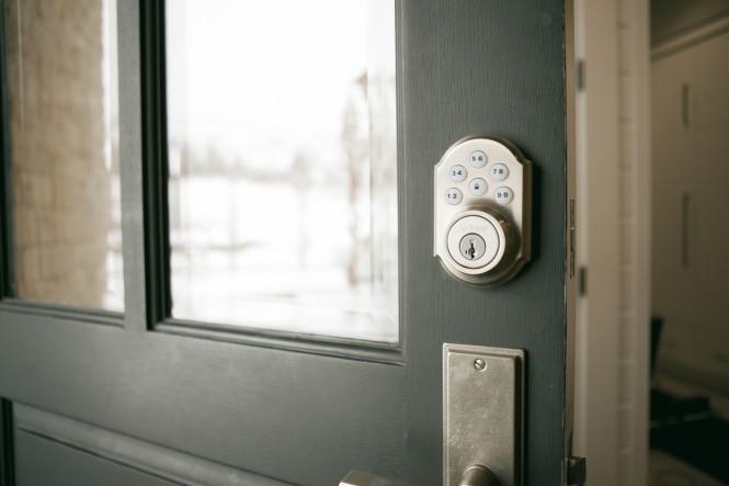 automatic locking door knob photo - 12