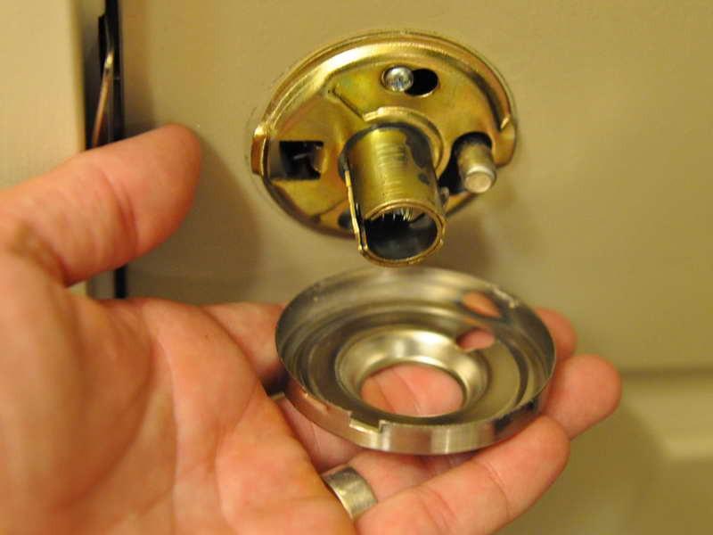 changing a door knob photo - 1