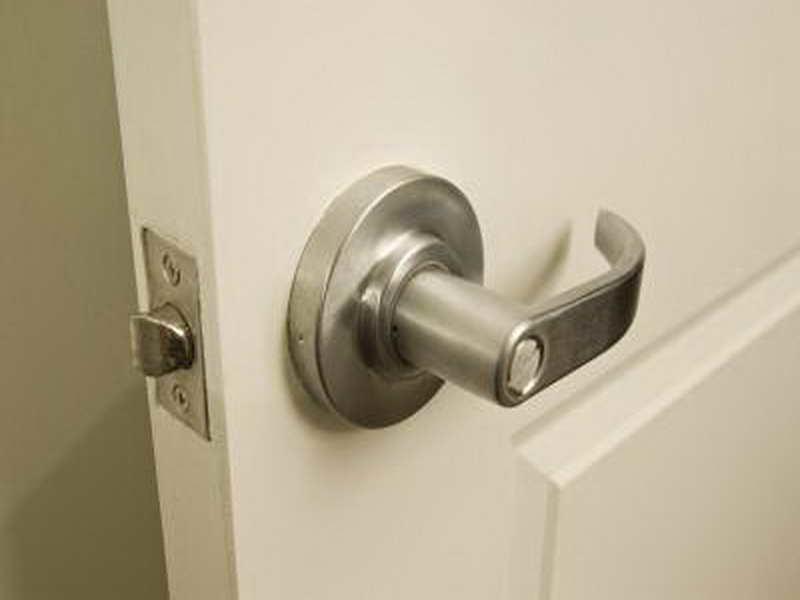 changing a door knob photo - 10