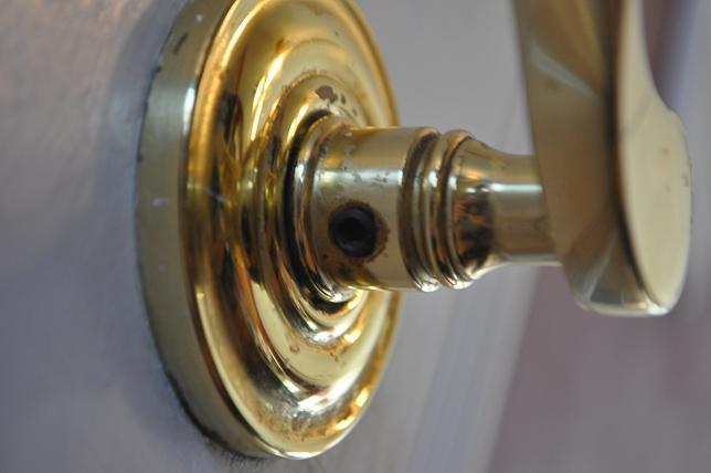 changing a door knob photo - 11