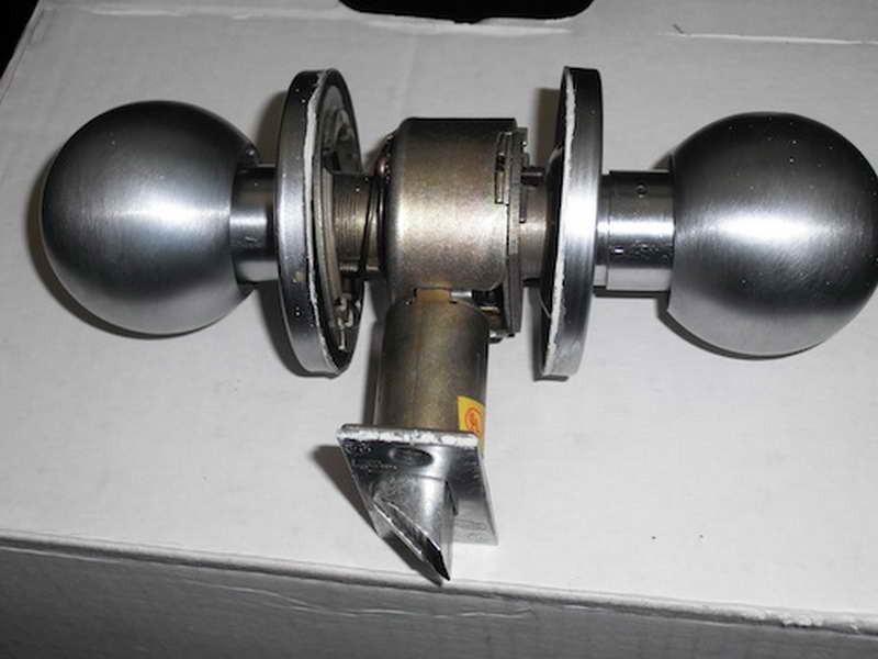 changing a door knob photo - 12