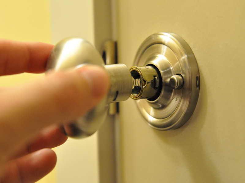 changing a door knob photo - 15