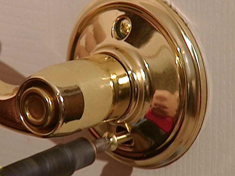 changing a door knob photo - 16