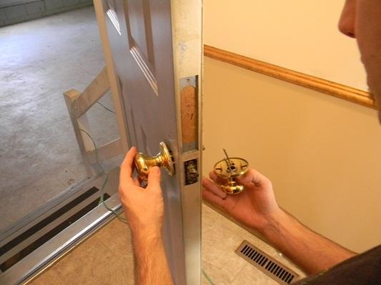 changing a door knob photo - 18