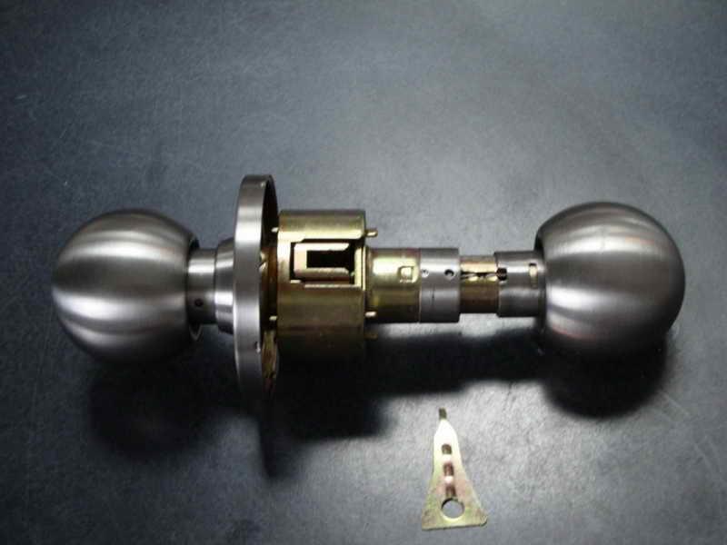 changing a door knob photo - 20