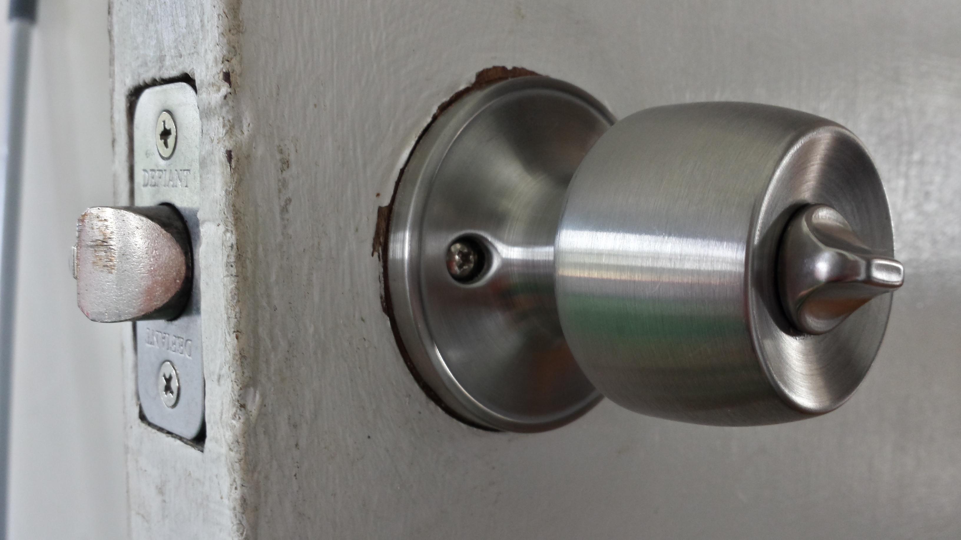 changing a door knob photo - 5