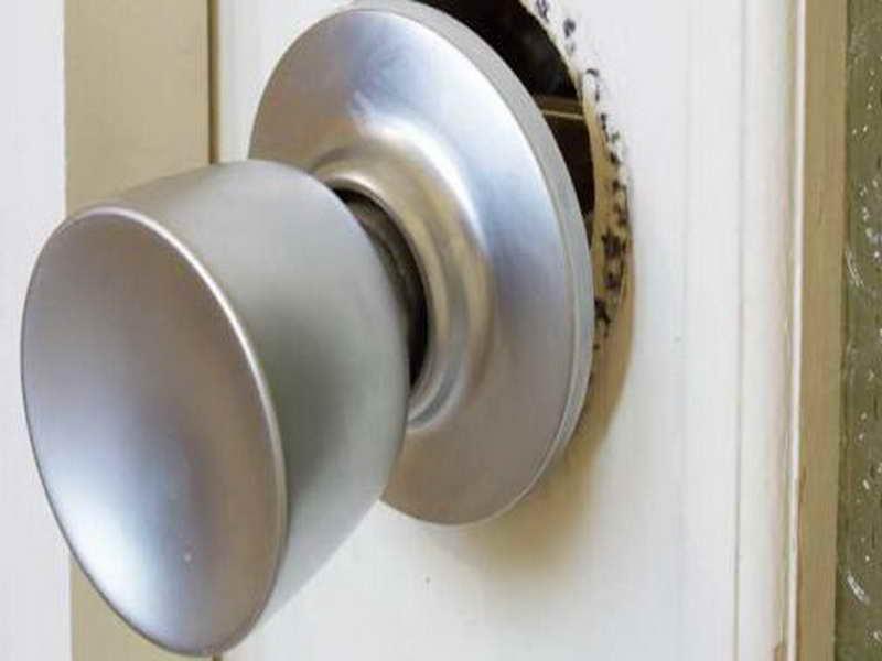 changing a door knob photo - 7