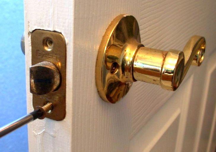 changing door knob photo - 5