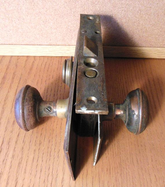 door knob lock mechanism photo - 6