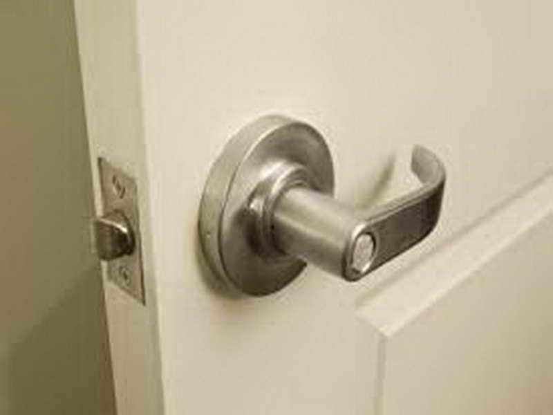 fixing door knob photo - 11