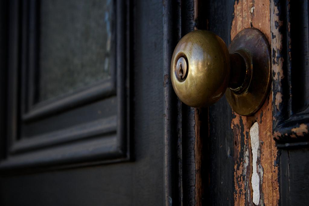 key stuck in door knob photo - 2