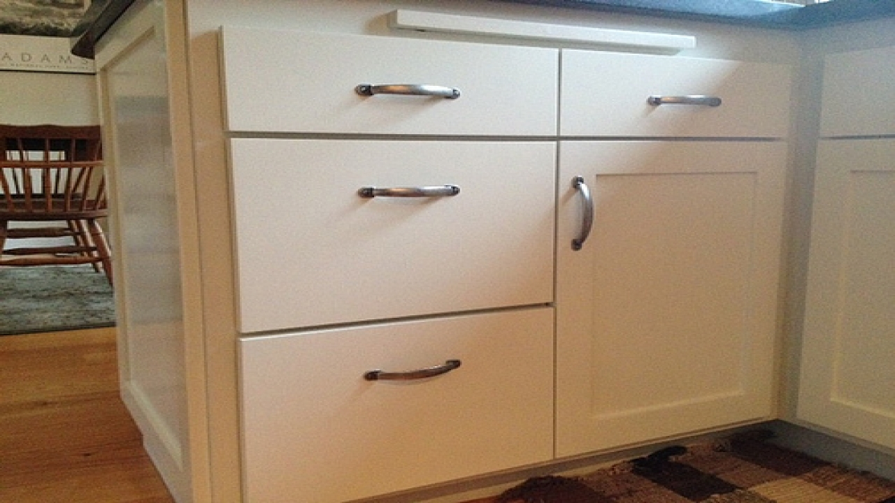 kitchen cabinet door knob placement photo - 8