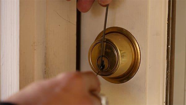 picking a door knob lock photo - 12