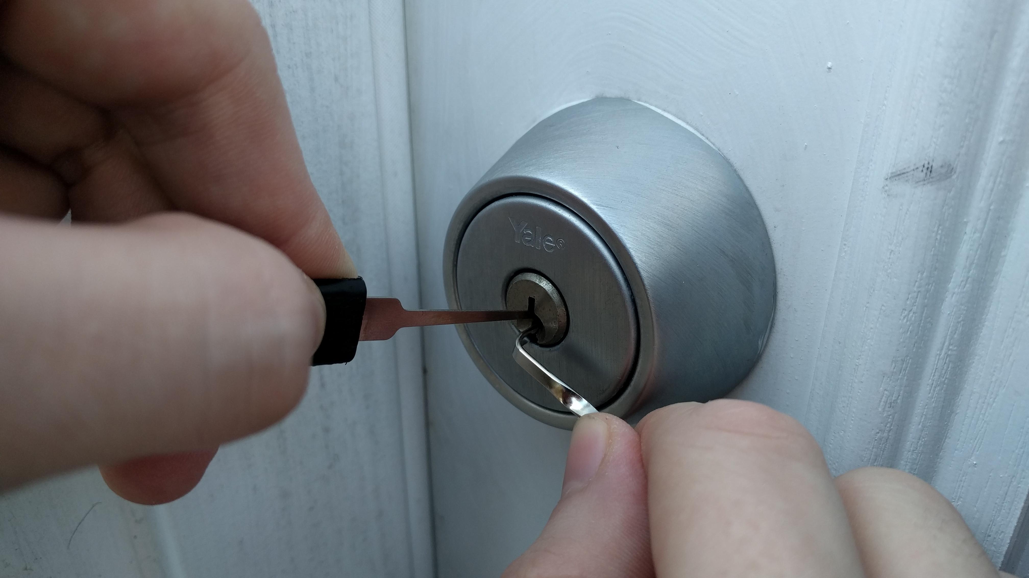 picking a door knob lock photo - 8