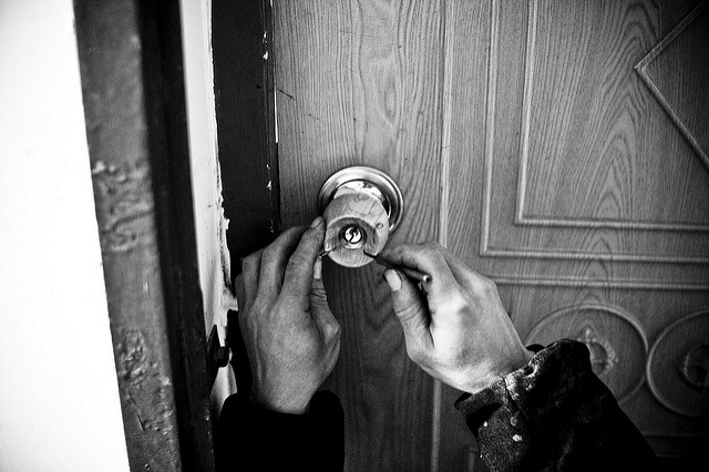 picking a door knob lock photo - 9