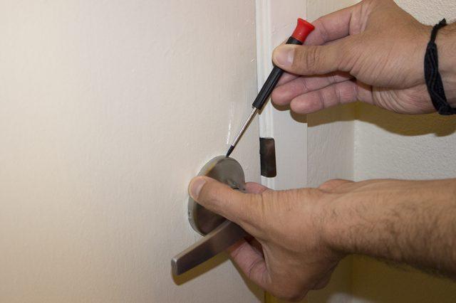 remove door knob without screws photo - 10