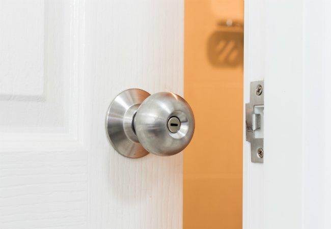 remove door knob without screws photo - 11