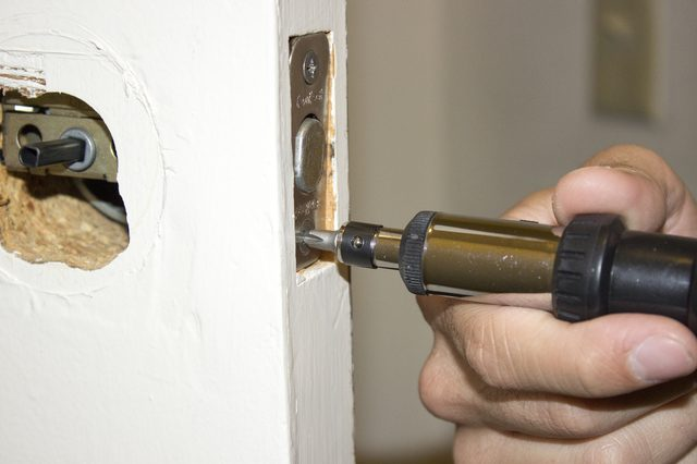 remove door knob without screws photo - 13
