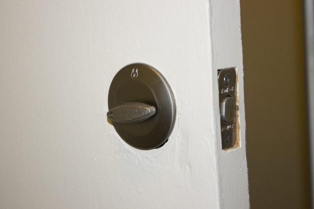 remove door knob without screws photo - 19