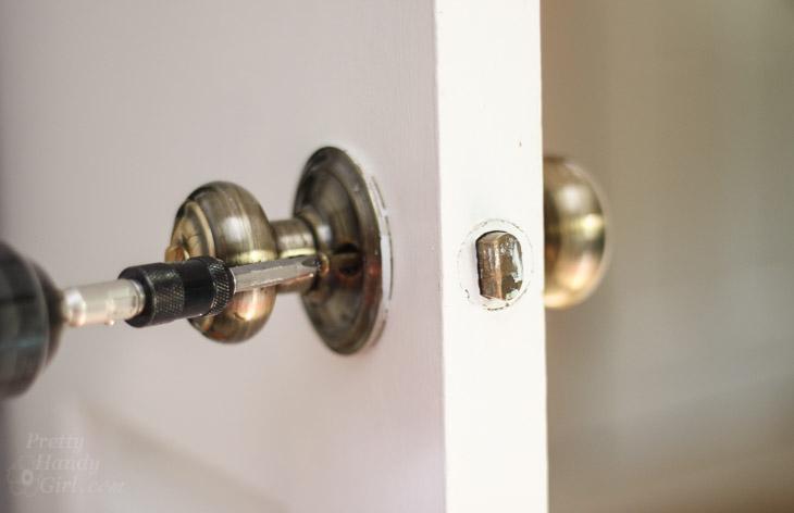 remove door knob without screws photo - 3