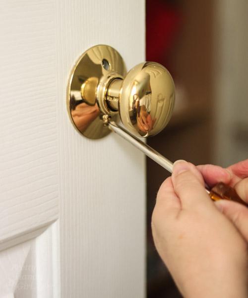 remove door knob without screws photo - 5