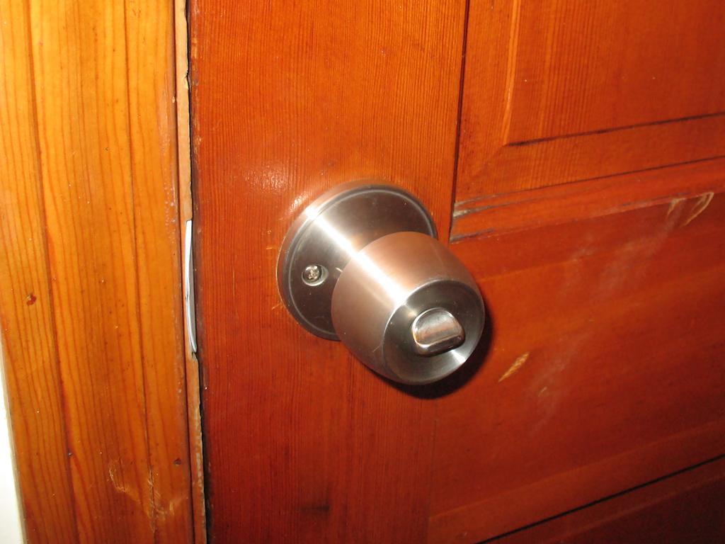 removing old door knob photo - 19
