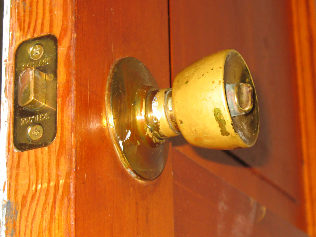 removing old door knobs photo - 2