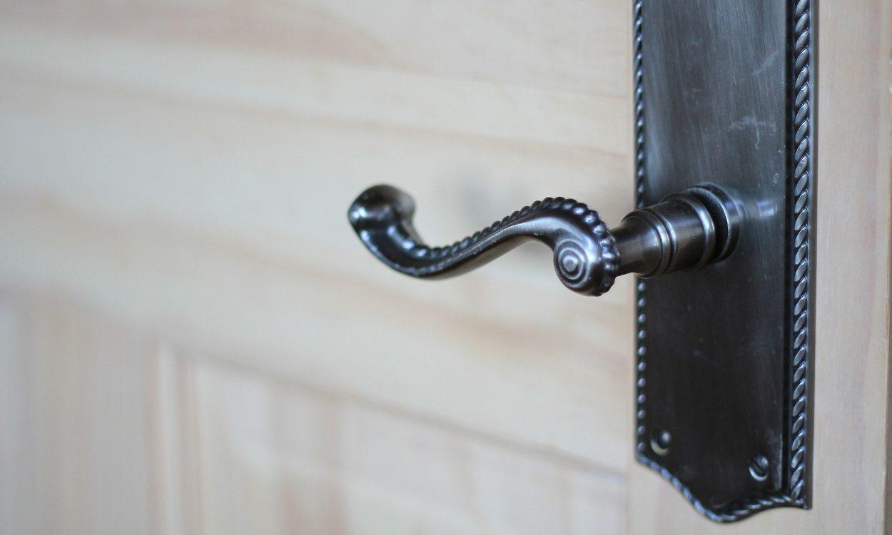 replacing door knobs photo - 13
